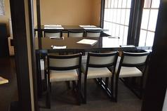 テーブルを繋げて利用できる8名席です。
