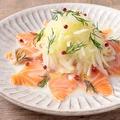 料理メニュー写真サーモンと玉ねぎのカルパッチョ