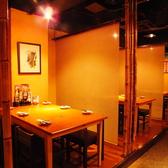 <最大18名様・小上がりテーブル席:4~18名様までのご宴会(カーテン仕切り有)>最大18名様まで着席可能な「小上がりテーブル席」。6名様ごとのテーブル3つを1つの空間にてご宴会利用可能。ロールカーテンで仕切れる仕様となっております。「小上がりテーブル席」とご指定下さい。