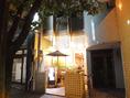 市内中心部、松山中央郵便局から西へ約70mほど行った右手。住友生命ビルの隣にございます。