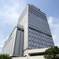 ホテルは近江町市場の向かい側にあり、日本三大庭園の兼六園へのアクセスも◎。JR金沢駅から徒歩7分~10分。