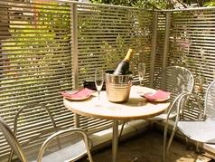 天気の良い日は気持ちの良いテラス席がおすすめ!夜風に吹かれながらスパークリングワインで優雅に乾杯♪