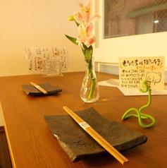 各テーブルには一厘挿しのお花が。心もほっこりする時間を。