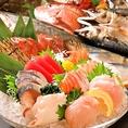 自慢の刺身は素材の鮮度が命。本当に旨いお魚を召し上がっていただきたい一心で、全国の各漁場から選りすぐりの魚を仕入れ、鮮度にこだわった刺身を提供しています。一つ一つの手間を惜しまず、素材の旨味を丁寧に引き出した自慢のお刺身を、ぜひ一度ご堪能下さい。他にも新鮮な魚介を使用したお料理を取り揃えております♪