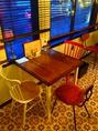 EU Cafeに入って一番最初の席。手作りのテーブルに白、赤のチェアーがカントリーチック♪(席の向きを変えて4名)