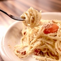 料理メニュー写真ごろごろベーコンのカルボナーラ ~名古屋コーチンの卵黄のっけ~ ~生パスタで~
