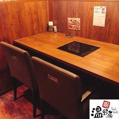 横並びの2名様用テーブル席。