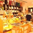 お店の隣にはこだわりのブックストアを併設♪毎日がちょっと楽しくなるステーショナリーやデザイン雑貨が揃います。カフェご利用の際は、是非お立ち寄りください!