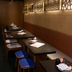 暖かみのあるテーブル席。お席をくっつけて、大人数でのご利用も可能です。