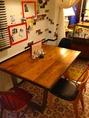 こちらも手作りテーブル。壁にはEU Cafeの出来るまでの写真があります。テーブルが広いので花が飾ってあったり♪…(椅子を足して5名)
