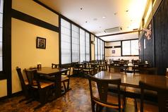 【五輪ホール】ゆったりとしたスペースのテーブル席でお食事をお楽しみいただけます