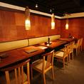 【テーブルも活気抜群】テーブルのお席からもオープンキッチンをお楽しみいただける作りになってます!