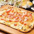 料理メニュー写真タルトフランベ(フランス風ピザ)