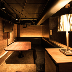 【4F】ローソファータイプの個室 1名様~2名様靴を脱いで上がるくつろぎのローソファ席です。常連様からは「秘密の屋根裏部屋」と呼ばれています。