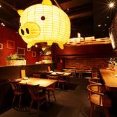 メインホールは豚の提灯が印象的!豚提灯の下には4名様用のテーブル席が♪女子会や友人同士での少人数の飲み会におすすめ!4名×4卓