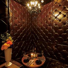 黒を基調としたモダンなマットレス個室は居心地が◎プライベート空間で当店自慢の肉×チーズをお愉しみくださいませ!