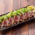 料理メニュー写真<<フェア>>■鰹のたたきのカルパッチョ 特製のにんにくダレ
