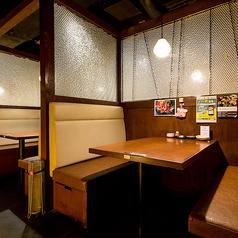 コの字型に囲まれている、3名様~4名様用のお席です。隣が壁になっていますので、個室感があります。