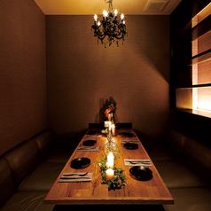 6名様用のふかふかソファ個室は予約必須の人気席♪ワンランク上の上質空間で肉×チーズを心ゆくまでお愉しみくださいませ。