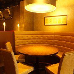 3~4名様用の円卓席。 ソファー&おこもり空間でゆったり寛げます。