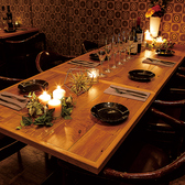 電球色の落ち着いた照明が彩る6名様のテーブル席です♪