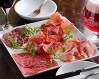 イタリア産、スペイン産の貴重な生ハムやサラミの数々