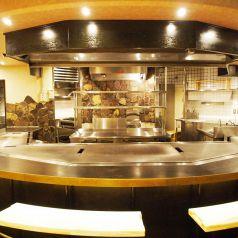 目の前で焼きあがる鉄板料理を見ながらお食事を楽しめるカウンター席★