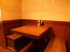 4名様まで着席可能なゆっくりくつろげるテーブル席