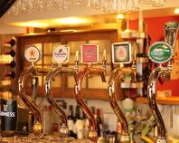 当店のビールは全て樽生、泡の入れ替えもします。