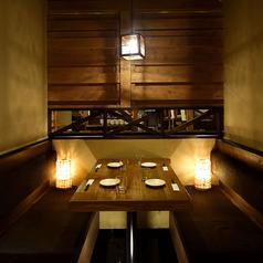 落ち着いた雰囲気のテーブル席はちょっとしたお食事や飲み会に最適です。※系列店の写真となります。