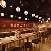 《明るく活気あふれるにぎやかな店内》赤と白の提灯が特徴的な店内は広々とした開放的な空間。どんなシーンでも気軽に使える空間を目指します。