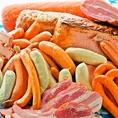 【ソーセージ盛合せ】 ドイツ料理の代表格、「ソーセージ」。1500種類以上もあるといわれているドイツソーセージの中でも、日本人の味覚に合う繊細でジューシーな銘柄をセレクト。豚や牛の日本産とはひと味もふた味も異なる濃厚な味わいを心ゆくまでご堪能ください◎