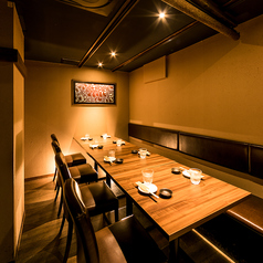 合コンや女子会、接待におすすめのテーブル個室。ダウンライトが大人の空間を演出致します。朝まで営業しておりますのでお時間を忘れ、寛ぎの空間でごゆっくりとお過ごしください。(八王子・居酒屋・個室・焼き鳥・飲み放題・宴会)