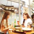 ガラス張りで眺めの良いテーブル席をご用意。デートや記念日にも、仲間内でわいわいするにも最高!