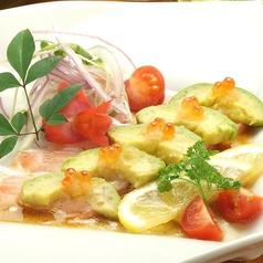 料理メニュー写真炙りサーモンとアボカドの和風マリネ