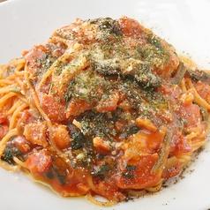 料理メニュー写真ベーコンとほうれん草のトマトパスタ
