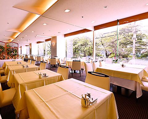 外濠公園の桜並木をのぞむ窓が大きくとられた明るく開放的なレストラン