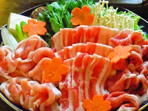 地元の野菜や食材を使った、豊富な郷土料理がうれしい。店主の手打ちそばも大人気。