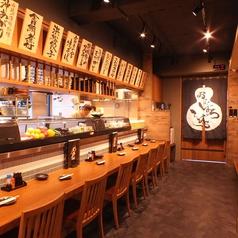 開放感溢れるオープンキッチン!上のメニュー表には静岡名物がずらり♪活気のいいスタッフが見渡せる、大鉢小鉢らしいカウンターです★こんなに広いカウンターがあるお店はなかなかめずらしい!!