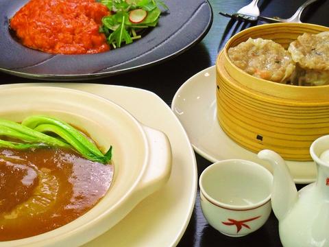中華を日本人の舌に合うようにアレンジしたメニュー。2人掛け、4人掛け、円卓あり。