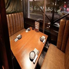 中央通りを見渡す、落ち着いたテーブル席。接待や宴会だけでなく、合コンやデートにも落ち着いて利用できるテーブル席。2階桜通沿いに面し、開放感も感じられます。幅広いシチュエーションにお使いいただけます!自慢の九州料理と焼酎で楽しいひとときをお過ごしください♪