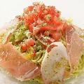 料理メニュー写真切り落とし生ハムと彩り野菜のイタリアンサラダ