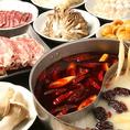 人気NO.1の食べ放題コースはこちら!【逸品薬膳オシドリ食べ放題コース】お一人様2,980円。本場中国より60種以上もの材料を仕入れ、ブレンドさせて絶品スープを作っております。飽きのこない美味しさを追求し絶妙な分量での調合を開発した自慢の逸品。カプサイシンが新陳代謝を促し、脂肪燃焼に役立ちます。各種宴会に!