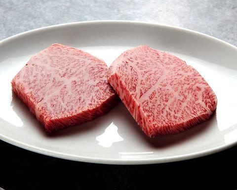 肉は産地や銘柄でなく、目で見て下で味わい厳選した最高級の黒毛和牛を用意します。
