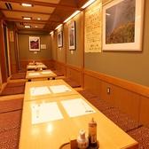 テーブルのお席もご用意しております。ご予約はお早めにどうぞ。