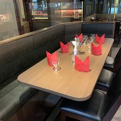 店内の雰囲気を満喫できるテーブル席!コネクト可能なので少人数から大人数で幅広くご対応させて頂きます。