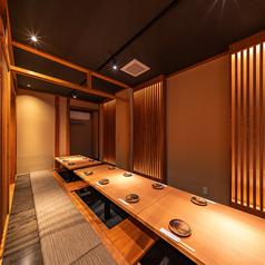 【2階】仕切りの位置を変えることで人数に合わせてお席をご用意できます。木の温もりと雰囲気のある照明は接待をはじめどんなシーンにも最適です。