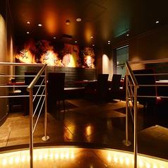 お洒落なロフト席☆フロアの中二階のような場所にあるロフト席はまるでVIP席みたいな雰囲気♪金と赤の装飾と雰囲気あるライティングがお客様の気分を高ぶらせます♪
