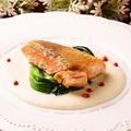 料理メニュー写真サーモンのソテー カリフラワーのソース