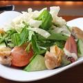 料理メニュー写真皮目パリパリ鶏肉のバンバンジーサラダ